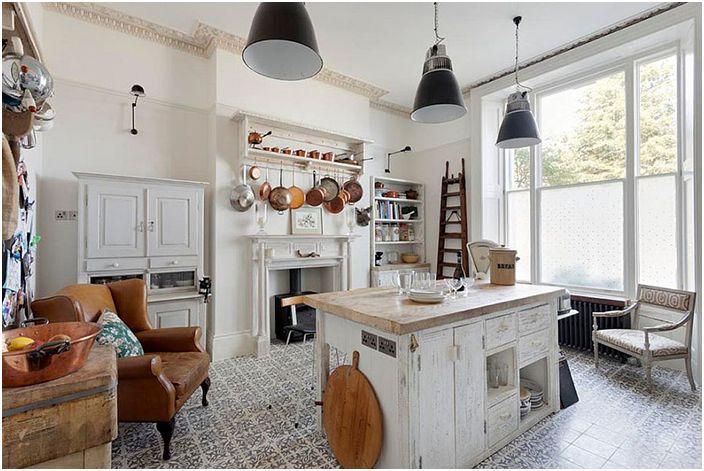 Интерьер кухни в стиле потёртого шика с плиточным полом