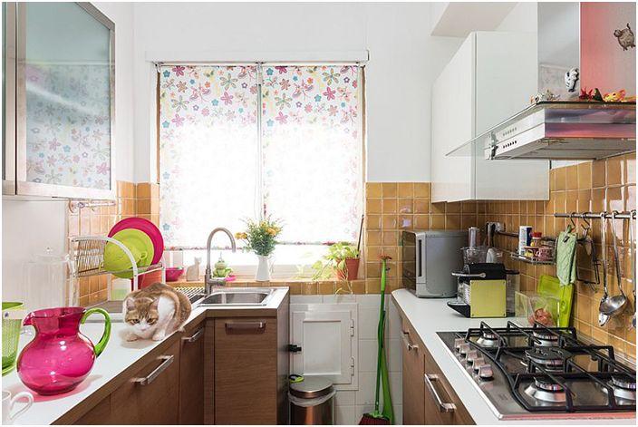 Яркая посуда в интерьере кухни от Paolo Fusco Photo