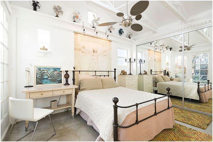 Шаби шик интериор на спалнята с колекция от фенове