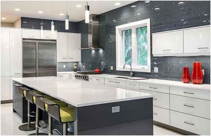 Блестящ фон в интериора на бяла и сива кухня от BUILD