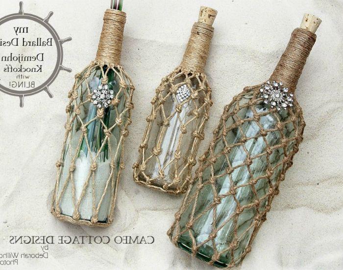 Декоративни бутилки с ярки камъни и зърнени храни отвътре, украсени с тъкане от нишки.