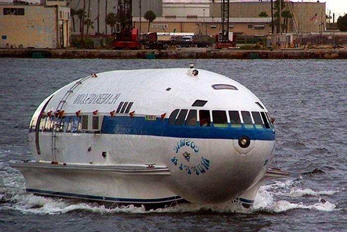 Космическият кифла е единственият самолет, превърнат в моторна лодка.