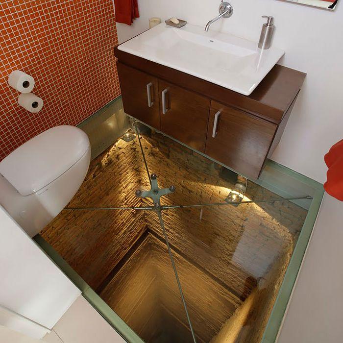 Przezroczysta podłoga w łazience.