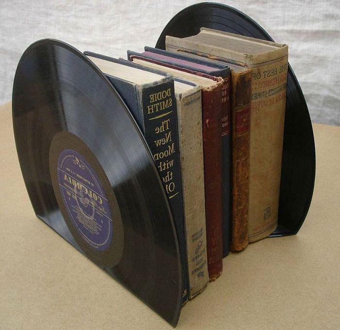 Книжные подпорки из старых пластинок.