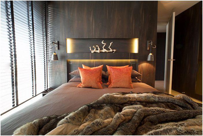 Couverture de fourrure sur le lit