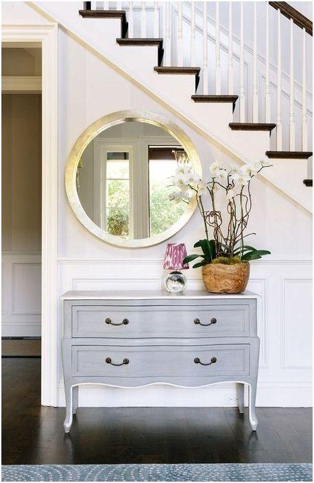 Кръглото огледало може да бъде разположено във всяка стая