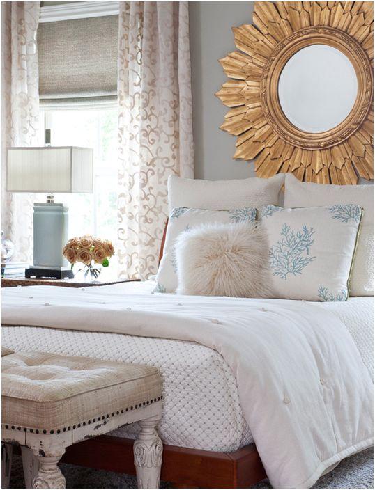 Большое зеркало над кроватью