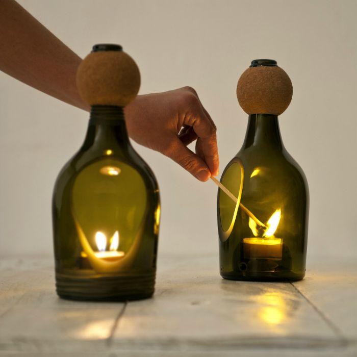 Стилен свещник, изработен от малка бутилка вино с малък разрез във формата на капка.