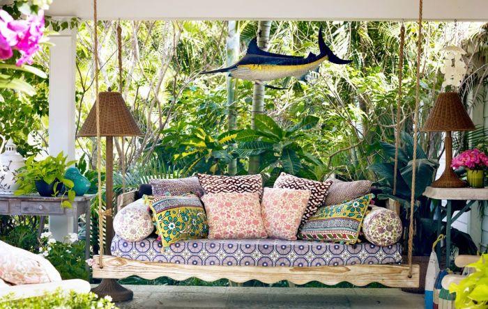 Великолепна дивана с цветни възглавници.