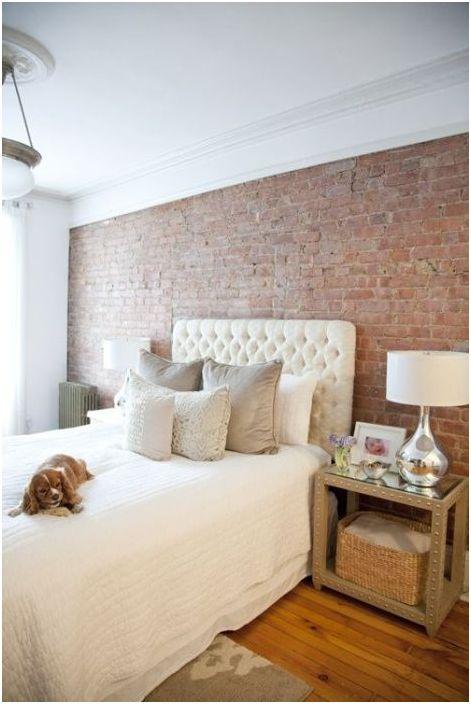 Mur z cegły we wnętrzu sypialni