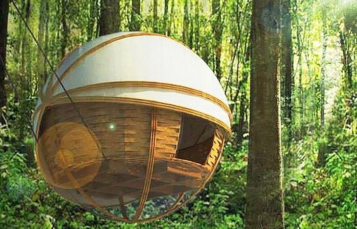 Сферичната еко ложа е сферична къща, окачена между дървета.