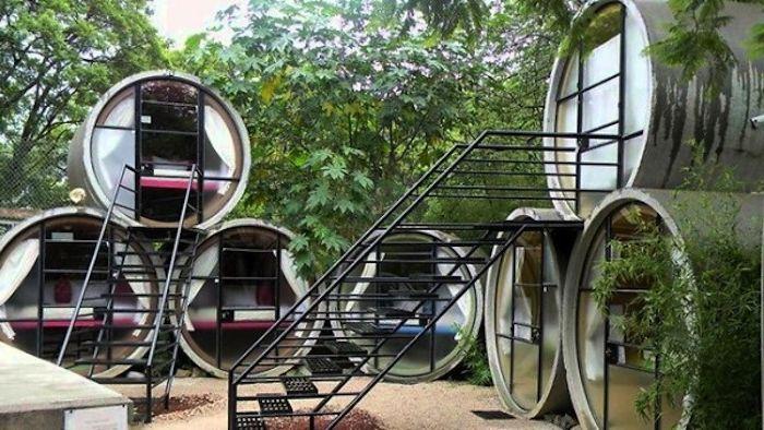 Хотел, направен от огромни тръби.