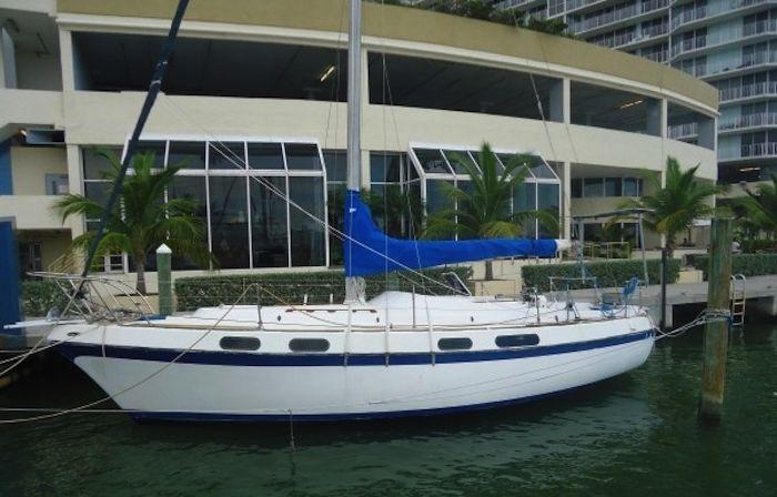 Mała łódka to romantyczne miejsce dla dwojga kochanków.