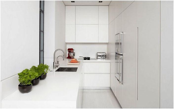 Hvit benkeplate på kjøkkenet