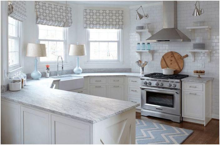 Hvitt kjøkken med delikate aksenter