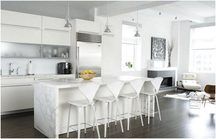 Kjøkkeninnredning med hvit arbeidsøy