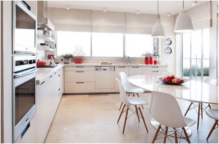 Snøhvit kjøkken med lyse aksenter