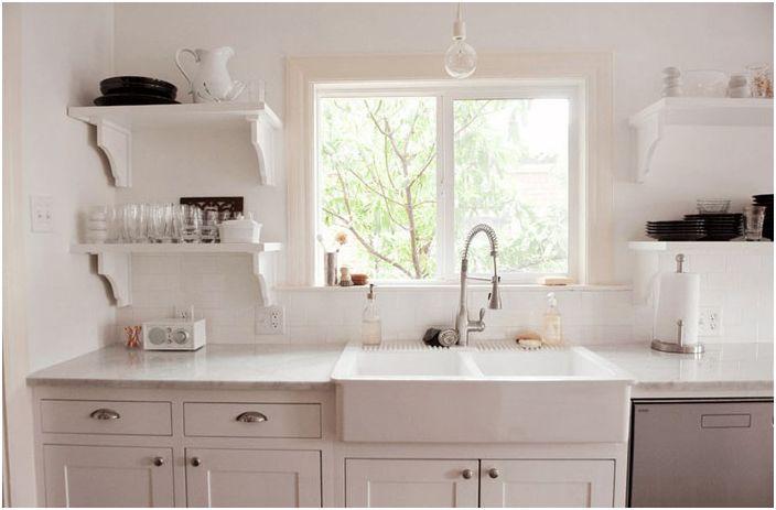 Hvit vask på kjøkkenet