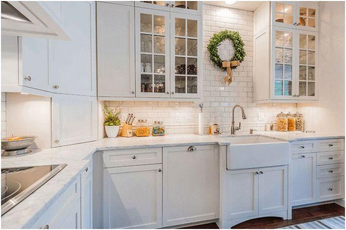 Kjøkkeninnredning med hvit vask