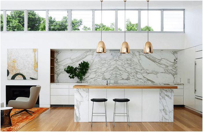 Romslig kjøkken i hvite toner