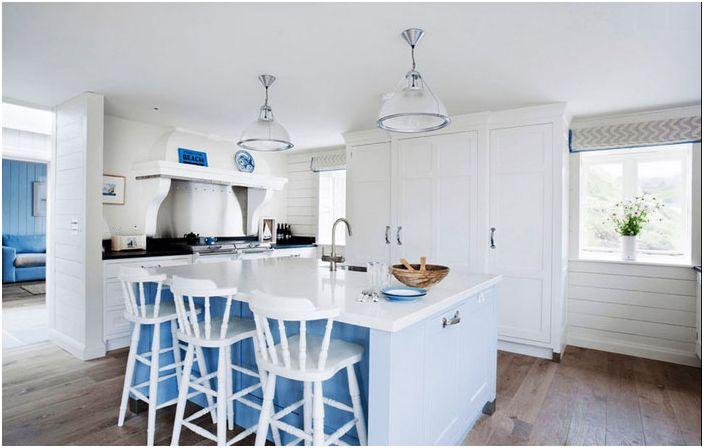 Hvitt kjøkkeninnredning med blå aksenter