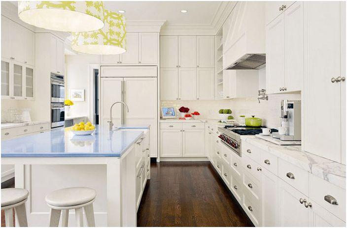 Hvitt kjøkkeninnredning med farge aksenter