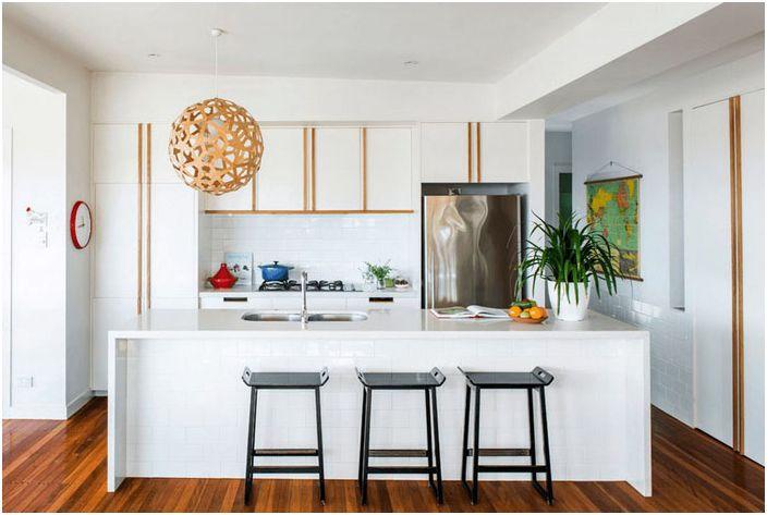 Kjøkkeninnredning i hvite toner med tre aksenter