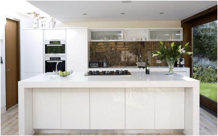 Hvite møbler på innsiden av kjøkkenet