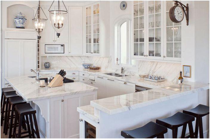 Snøhvit kjøkken med mørke stoler