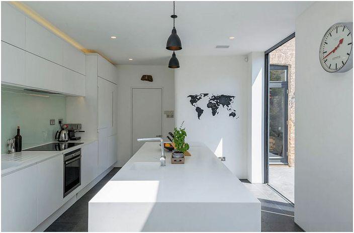 Hvitt kjøkken med mørke aksenter