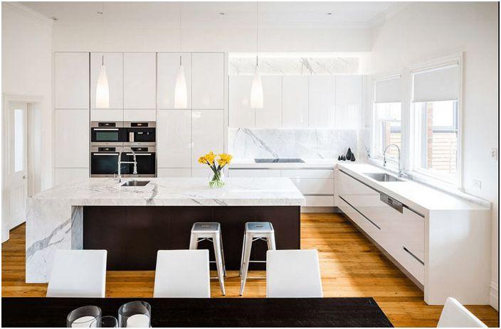 Moderne kjøkkeninnredning i hvite toner med mørke aksenter