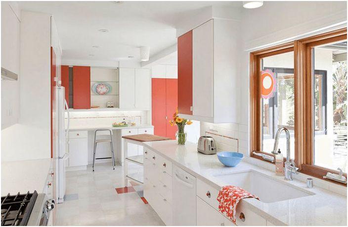 Hvitt kjøkken med aksentvegger