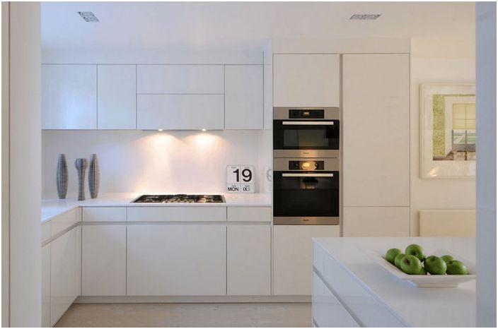 Interiør i et snøhvit kjøkken med moderne apparater
