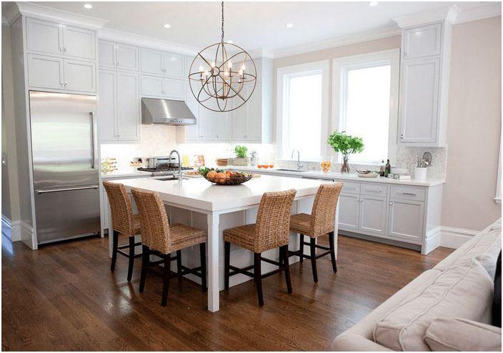 Hvitt kjøkken med varme aksenter
