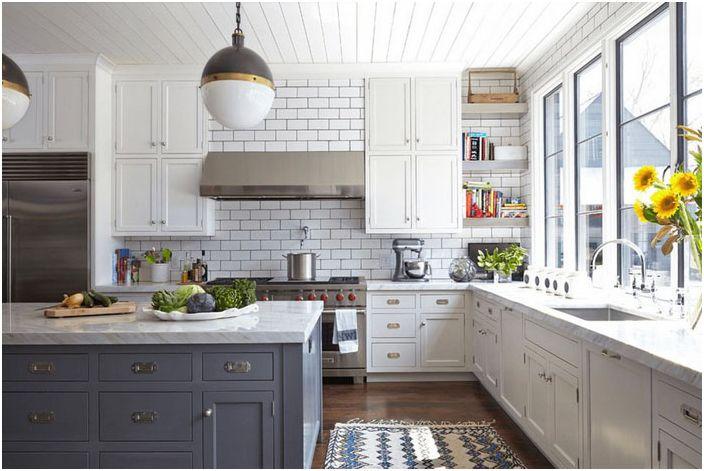 Kjøkkeninnredning i hvite og grå toner