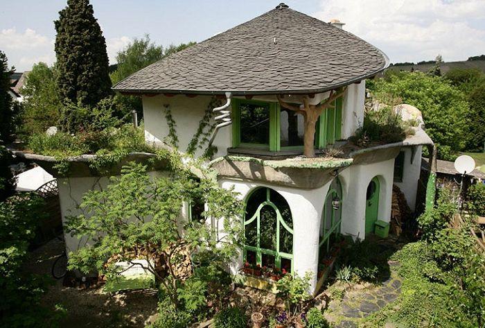 Ekologiczny dom zbudowany z gliny.
