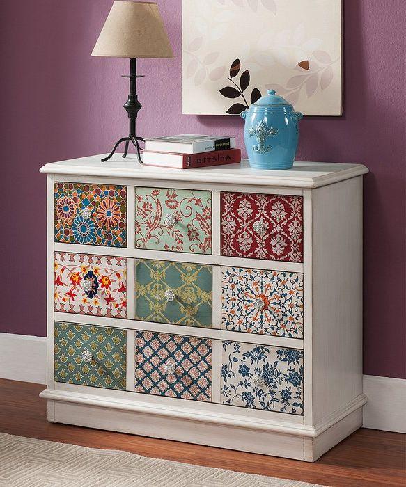 Скрин, украсен с остатъци от тапет