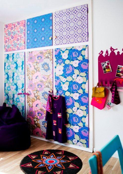 Вграден гардероб с врати, украсени с тапети