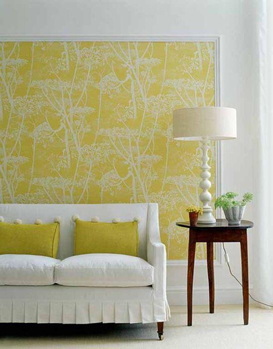 Акцентната стена в хола може да бъде създадена с помощта на тапети и корнизи