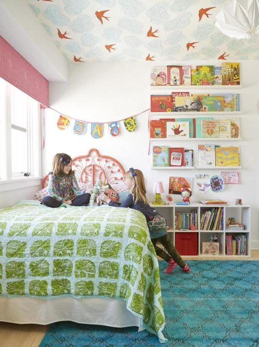 Тапетът на тавана изглежда интересно в детската стая