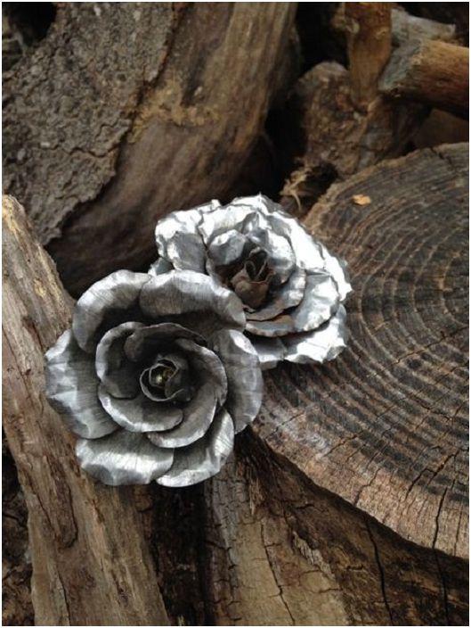 Une fleur en étain mignonne et élégante est une décoration inhabituelle.