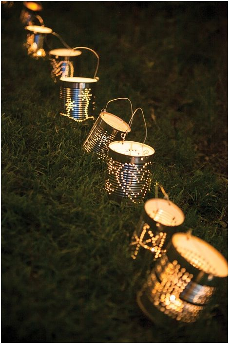 Pour créer une atmosphère merveilleuse et sereine, vous pouvez utiliser des lanternes en étain perforées.