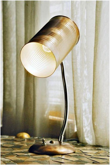 Une solution créative et insolite pour créer une lampe de table à partir d'une boîte de conserve.