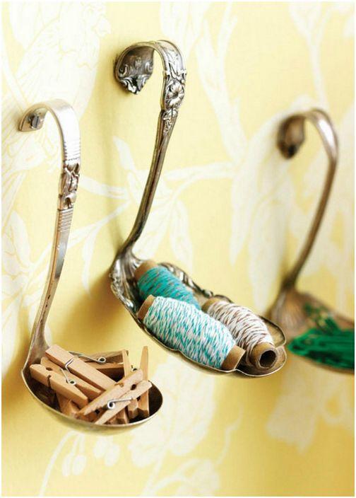 Подставки за малки предмети, направени от антични лъжици, завинтени на стената.