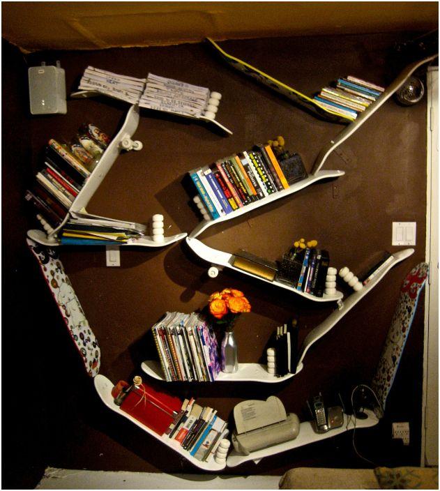 Интересна рафт за книги, изработен от стари скейтбордове.