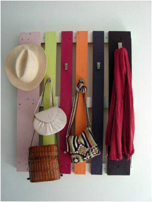 Ярка закачалка, изработена от палети за връхни дрехи и шапки.