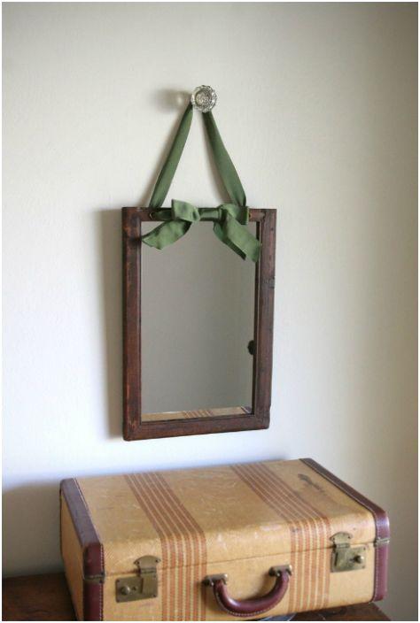 Рамка от тъмно дърво със сатенена панделка.