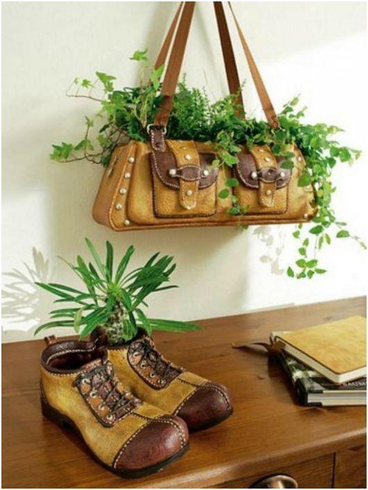 Плантатор за цветя от стара дамска чанта и мъжки обувки.