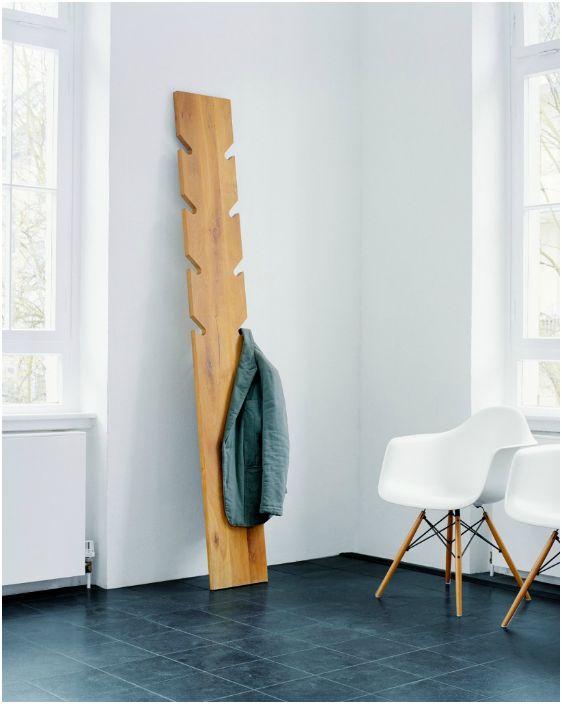 Оригинална дървена закачалка за пода.