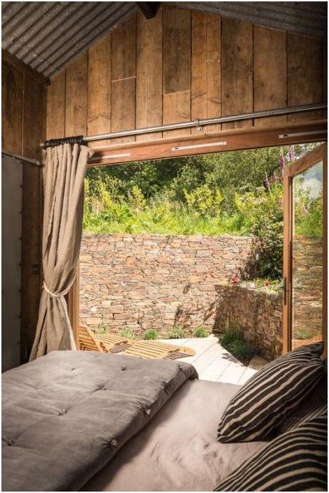 Sypialnia posiada dodatkowe wyjście na podwórko